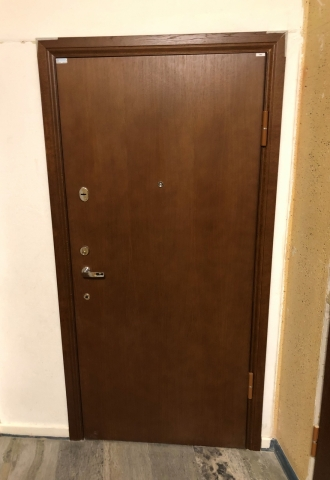 I samband med installationer av säkerhetsdörrar installerades även vita postboxar i entrén.